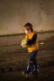 Jongen het spelen in modder Stock Fotografie