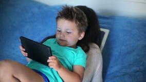 Jongen het spelen op de tablet stock footage