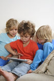 Jongen het spelen op het horloge van tabletbroers Stock Afbeeldingen