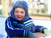 Jongen het spelen in openlucht in de sneeuw royalty-vrije stock foto's