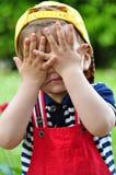Jongen het spelen peekaboo Stock Foto's