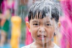Jongen het spelen in waterpark De jongen heeft pret in waterpark Royalty-vrije Stock Fotografie