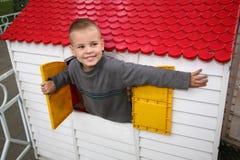 Jongen in het stuk speelgoed huis Royalty-vrije Stock Foto