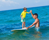 Jongen het surfen Stock Afbeelding