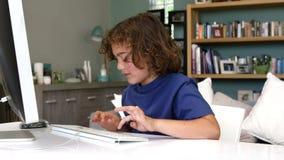 Jongen het typen op het toetsenbord stock video