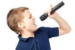 Jongen het zingen in een microfoon Zeer emotioneel Royalty-vrije Stock Foto