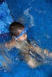 Jongen in het zwembad Royalty-vrije Stock Afbeeldingen