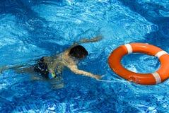 Jongen in het zwembad royalty-vrije stock foto