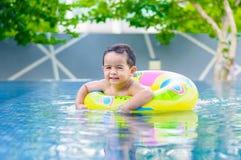 Jongen in het zwembad Royalty-vrije Stock Fotografie
