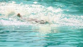 Jongen het zwemmen vrij slag in de pool stock videobeelden