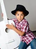 Jongen in hoed met gitaar Royalty-vrije Stock Afbeeldingen