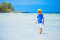 Jongen in hoed, overzees strand stock foto's