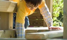 Jongen in houten huis stock fotografie