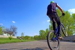 Jongen jums op het wiel van de fiets Stock Afbeeldingen
