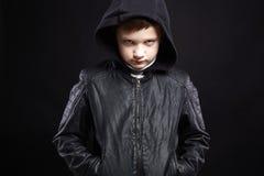 jongen in Kap het glimlachen van jong geitje in leerlaag en hoodie royalty-vrije stock foto