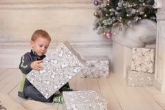 Jongen, Kerstmisatmosfeer thuis, Kerstboom Stock Afbeelding