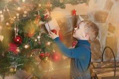 Jongen, Kerstmisatmosfeer thuis, Kerstboom Royalty-vrije Stock Foto