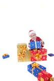 Jongen in Kerstmiskleren met speelgoed stock foto