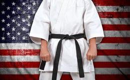 Jongen in kimono en Amerikaanse vlag Stock Fotografie