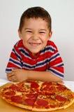Jongen klaar om een pizza te eten Stock Foto