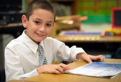 Jongen in klaslokaal Stock Foto's