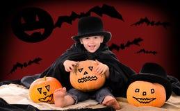 Jongen in kostuum van telling Dracula op Halloween royalty-vrije stock foto