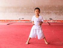 Jongen leren krijgs in de vechtsporten in het yongning van stad, Sichuan, China Stock Foto's