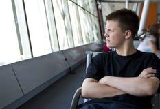 Jongen in luchthavenzitkamer Stock Afbeeldingen