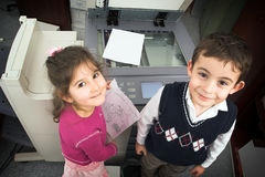 Jongen, meisje en kopieerapparaat Royalty-vrije Stock Fotografie
