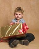 Jongen met aanwezige Kerstmis Stock Foto's