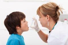 Jongen met ademhalingsziekte stock fotografie