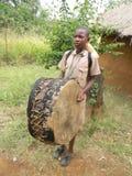 Jongen met Afrikaanse muzikale trommel stock foto's