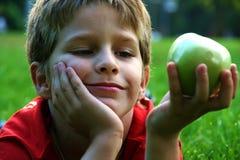 Jongen met appel Royalty-vrije Stock Afbeelding