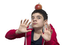 Jongen met appel op het hoofd stock fotografie