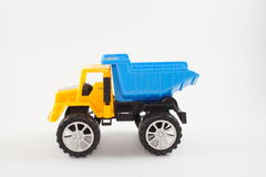 Jongen met autostuk speelgoed in bed Royalty-vrije Stock Foto's