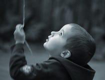 Jongen met baloonstrook Stock Afbeelding