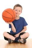 Jongen met basketbal Royalty-vrije Stock Afbeeldingen
