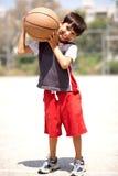 Jongen met basketbal op zijn schouders Stock Foto's