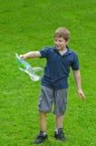 Jongen met Bellentoverstokje stock fotografie