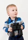 Jongen met binoculair Stock Foto's