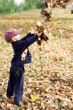 Jongen met bladeren Stock Foto