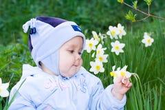 Jongen met bloem stock afbeelding