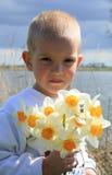 Jongen met bloemen Stock Afbeelding