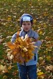 Jongen met boeket van de herfstbloemen Stock Foto