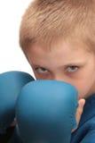Jongen met bokshandschoenen. Stock Foto's