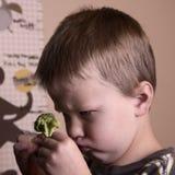 Jongen met broccoli stock afbeeldingen