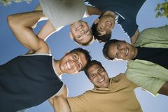 Jongen (13-15) met broers en vader in wirwarmening van onderaan. Royalty-vrije Stock Afbeeldingen