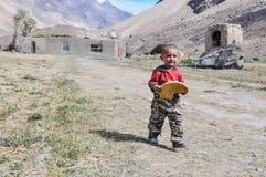 Jongen met cake in Tadzjikistan Stock Afbeelding