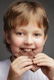 Jongen met chocolade Stock Fotografie