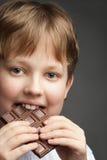 jongen met chocoladereep stock afbeeldingen